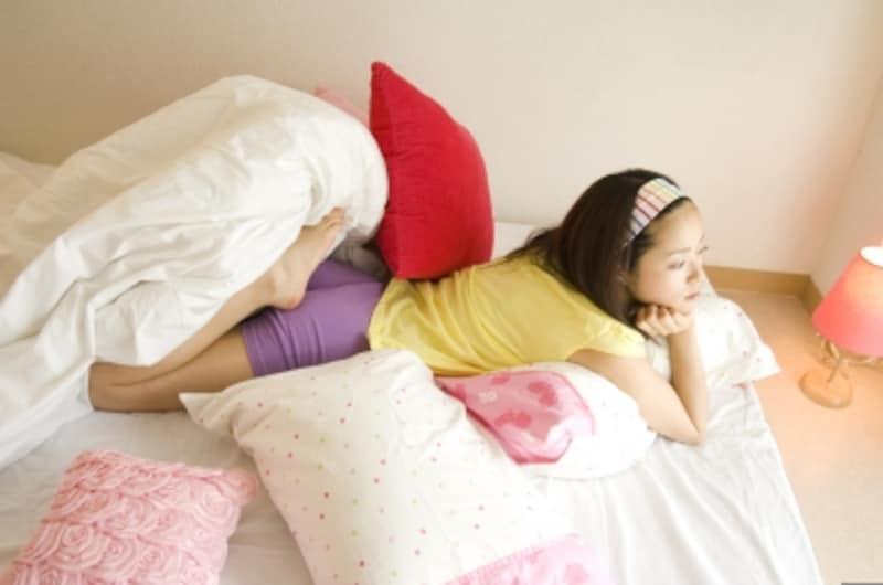 ベッドに横になっている若い女性