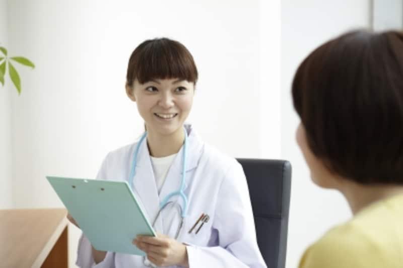 診察をしている女医
