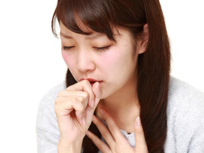 出る 痰 が なぜ?痰が絡む咳が続くけど熱はない。気管支炎やぜんそくかも。病院は何科? 医師監修