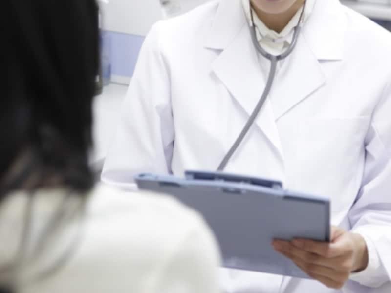 女性を診察する女医