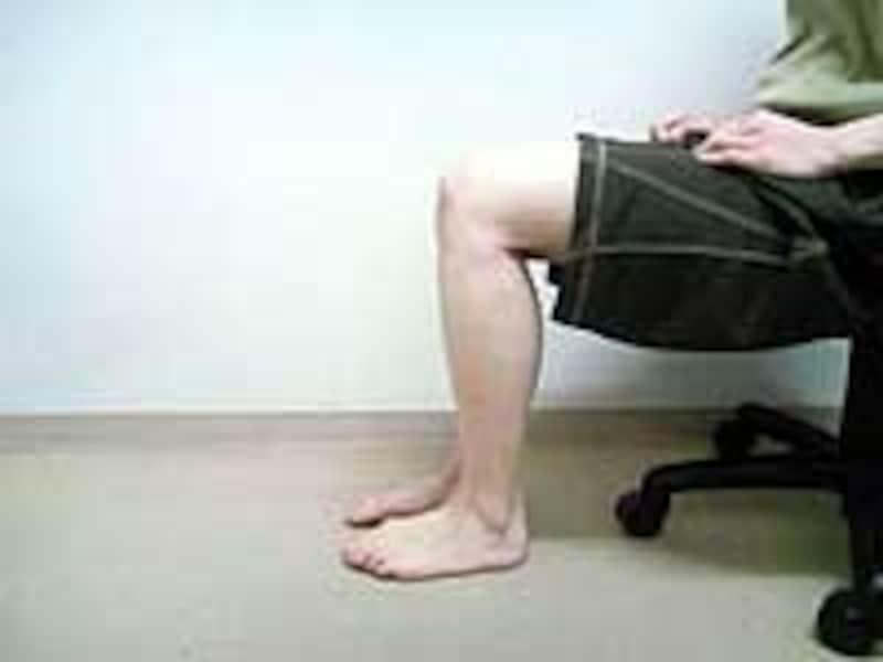 安定している場所に椅子を置いて行います
