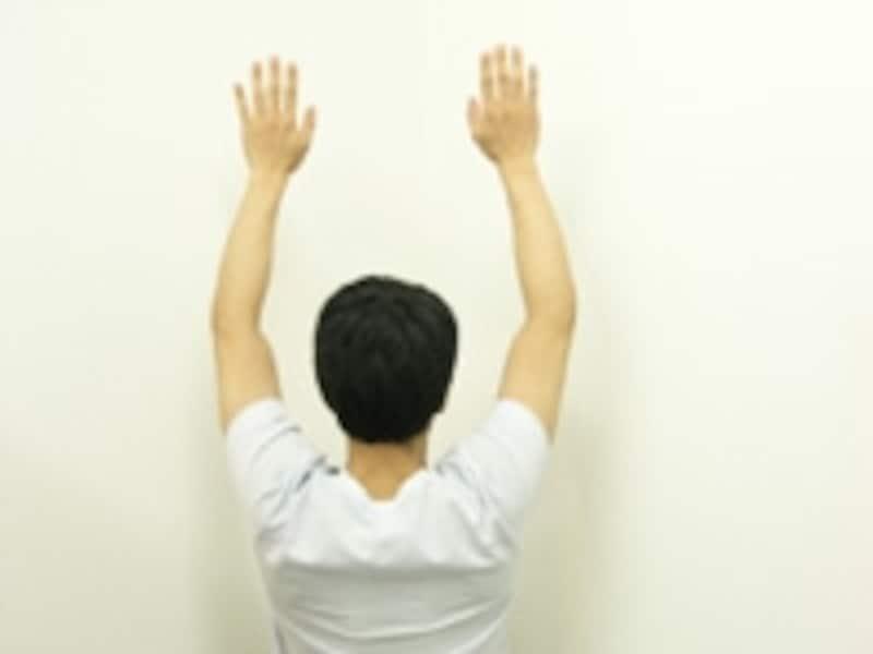 3.両腕を頭の横へ近づけていきます