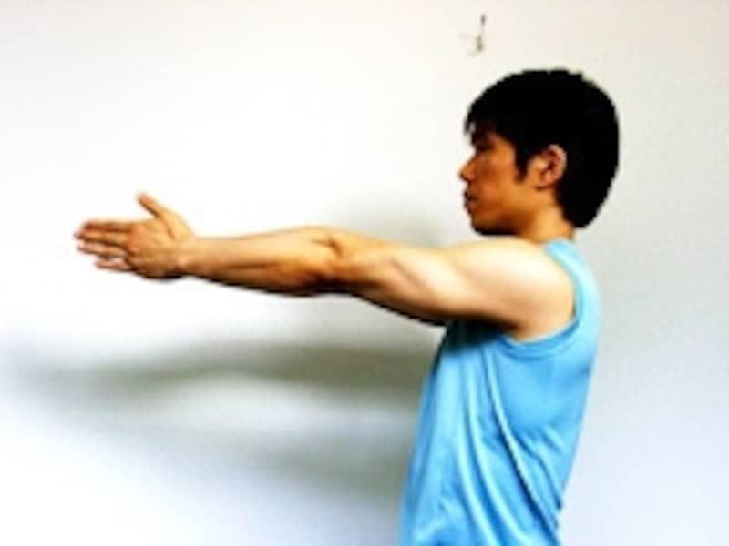 1.両腕を伸ばし手のひらを合わせます