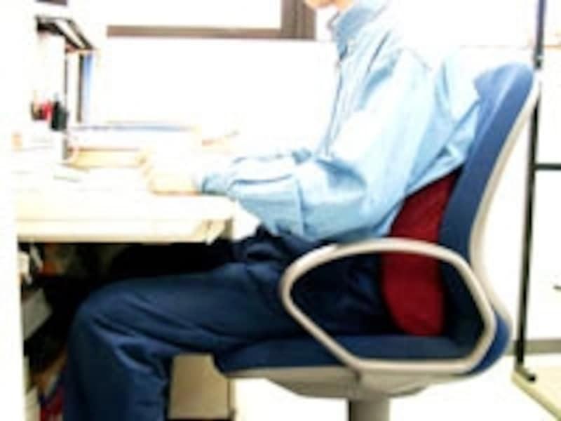 背もたれの腰部分へクッションを挟むと姿勢が楽に保てます