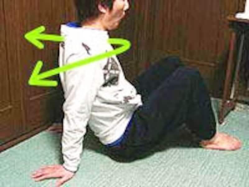 背スジを伸ばし肩甲骨を寄せ胸をはる意識で