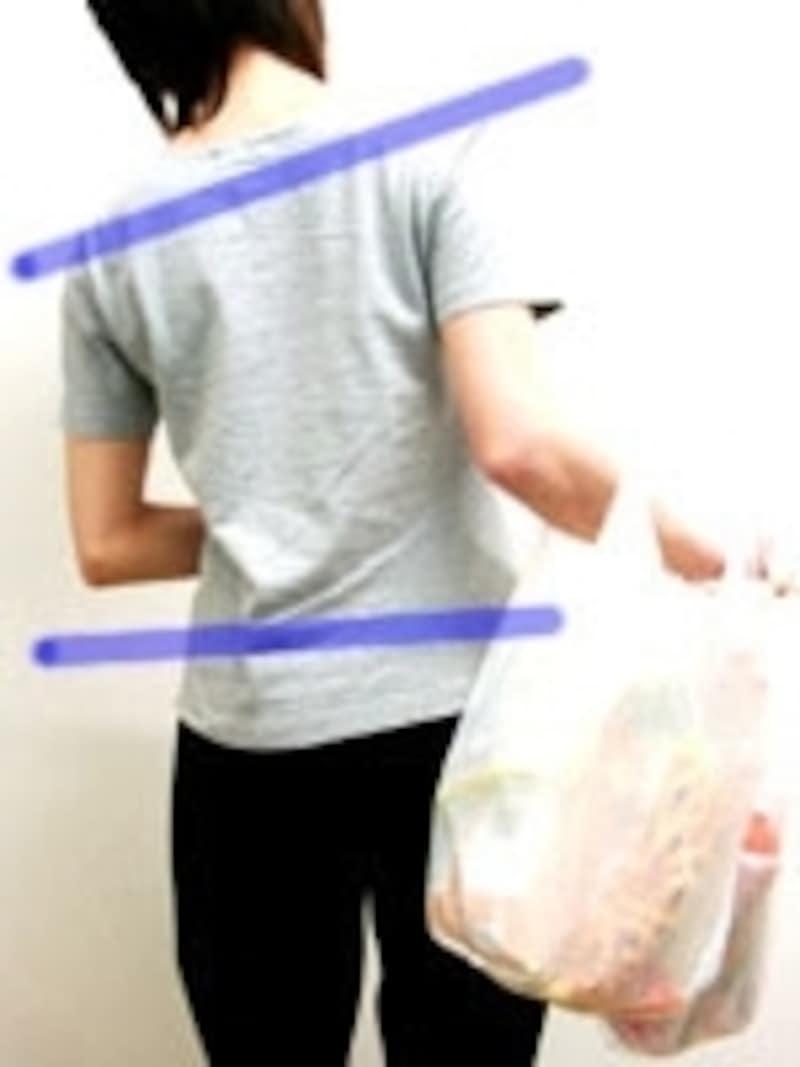 買い物袋が重すぎると頭や肩の位置まで傾いてしまいます