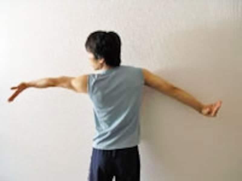 2.さらに左指先を床の方向へ動かします