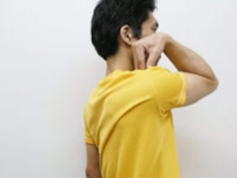 4.指を肩先につけたまま肘を前方・内側へ