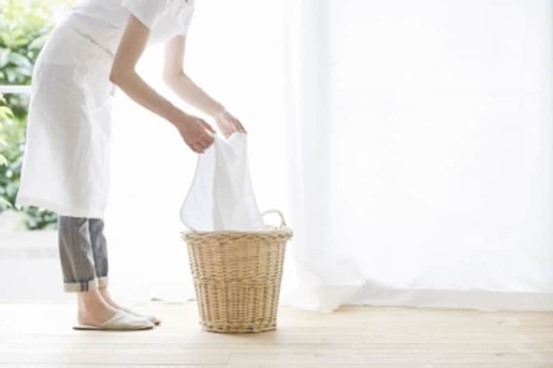 洗濯物を干す女性