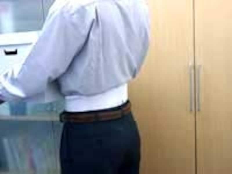 腰痛ベルトを装着し、頑張って職場へ戻り仕事を再開する人もいます