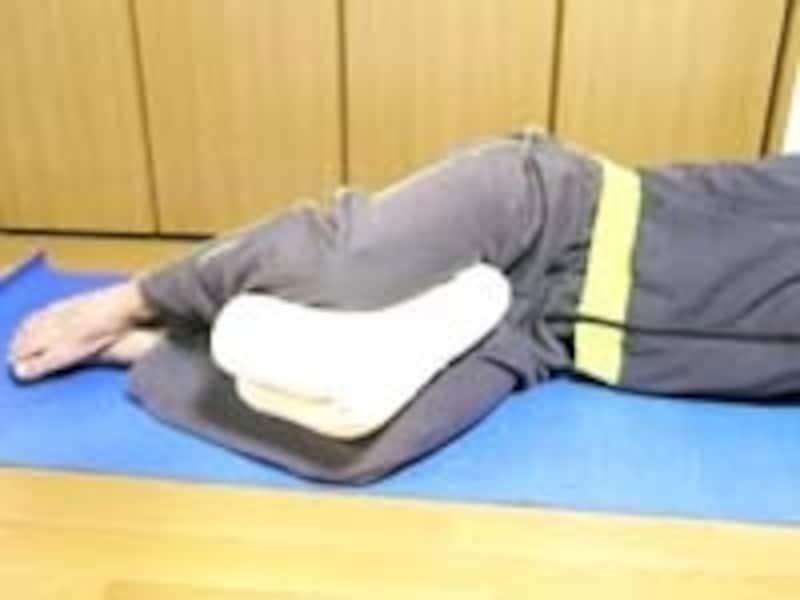 横向きで足の間にクッションを挟み痛みを軽減させます