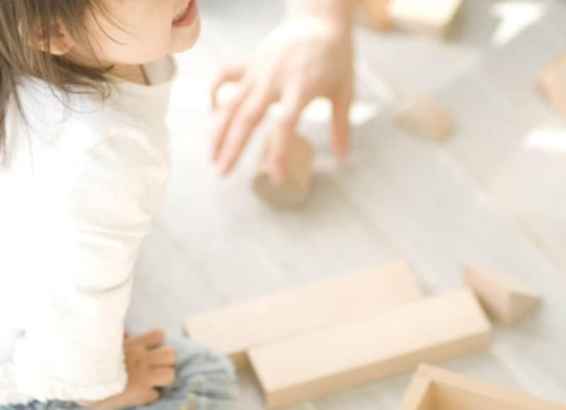 おもちゃで遊ぶ乳幼児