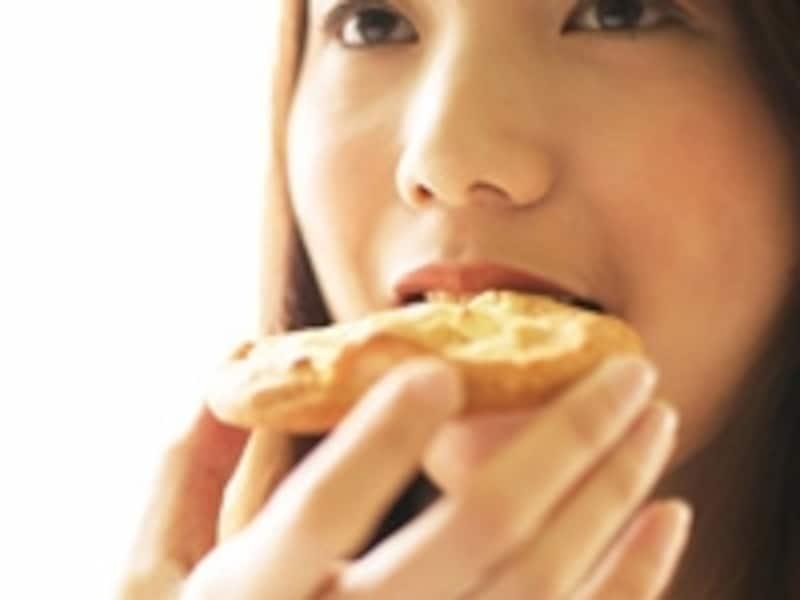 適度な間食は気分転換になりますが、度を越えた過食と代替行為が繰り返される場合は注意が必要