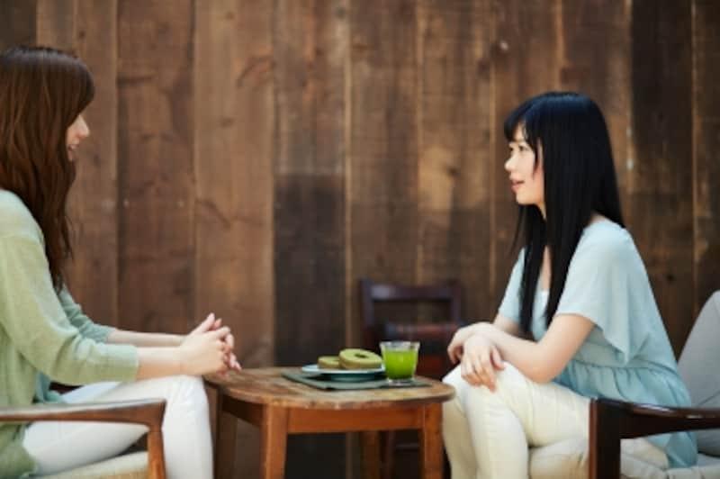 カフェで話す女性