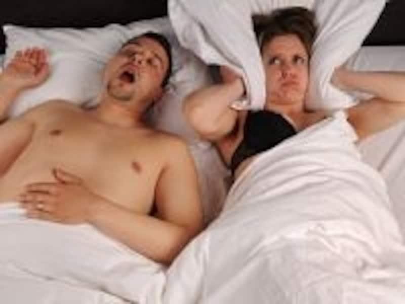 まず、ベッドパートナーに気付かれることが、多いようです