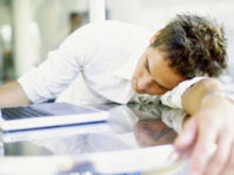 居眠り男性