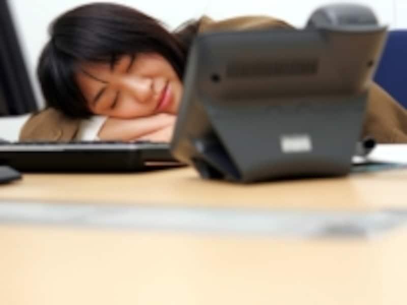 居眠り女性