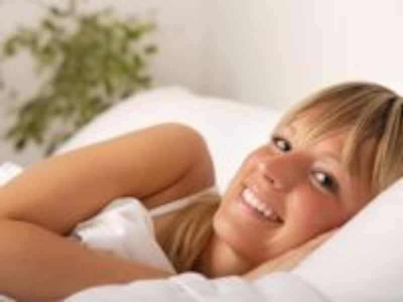 目覚めた女性