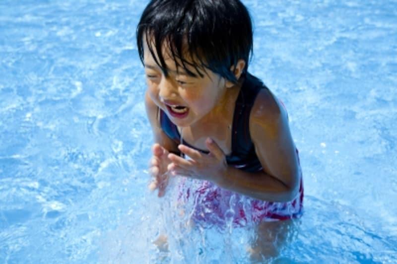 プールで遊ぶ少女