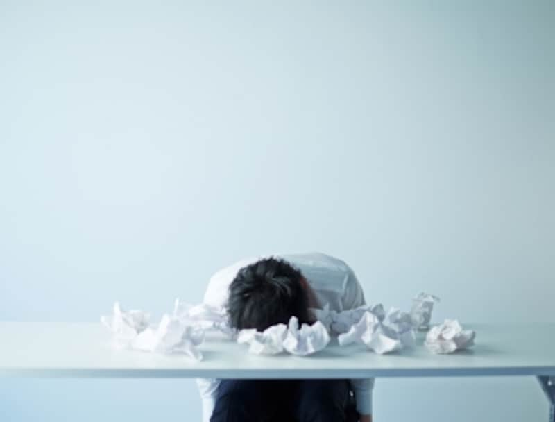 机に伏せるサラリーマン