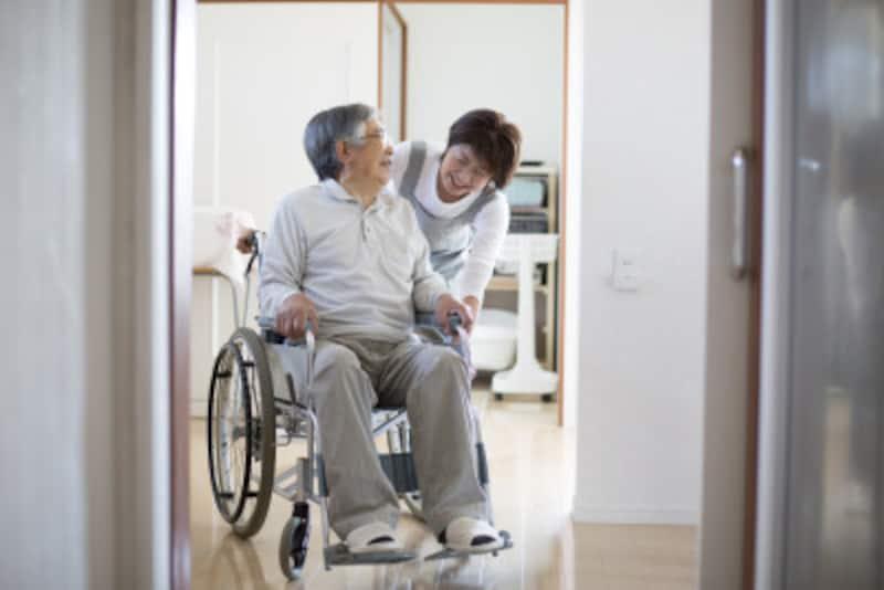 介護を受ける高齢者