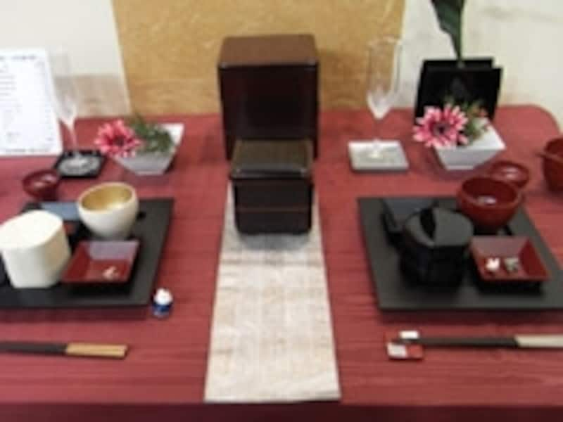 えんじ色のテーブルクロスを使ったダイニングテーブル