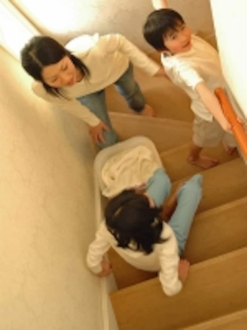 階段で遊ぶ子供