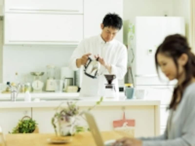 お茶を入れる男性