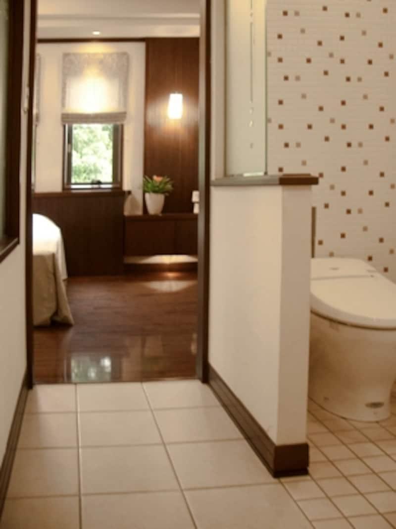 寝室から直接トイレ・洗面・浴室へ行けるよう動線計画されているので、夫婦でのんびり過ごせる。