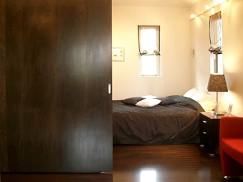 夫婦のプライバシーを守る大きな引き戸。吊りタイプなので床のレールも無くスッキリ(JPホーム)