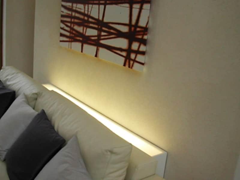 ソファーの後ろに組み込まれた照明器具で壁面をライトアップ(三菱地所ホーム)