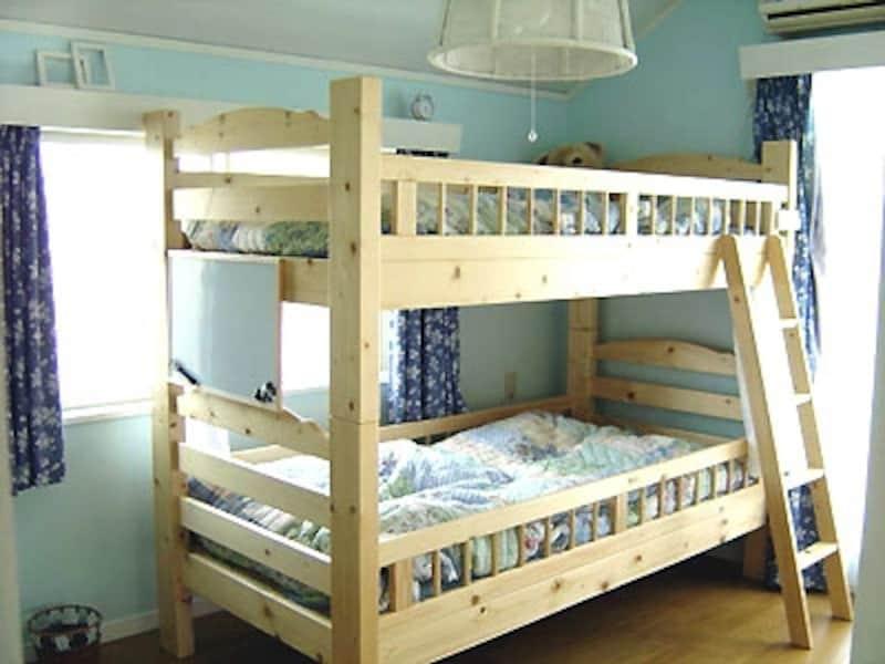 DIYリフォーム後の2人の子どもたちの寝室の様子。ブルーの壁と白木の2段ベッドが愛らしい雰囲気。