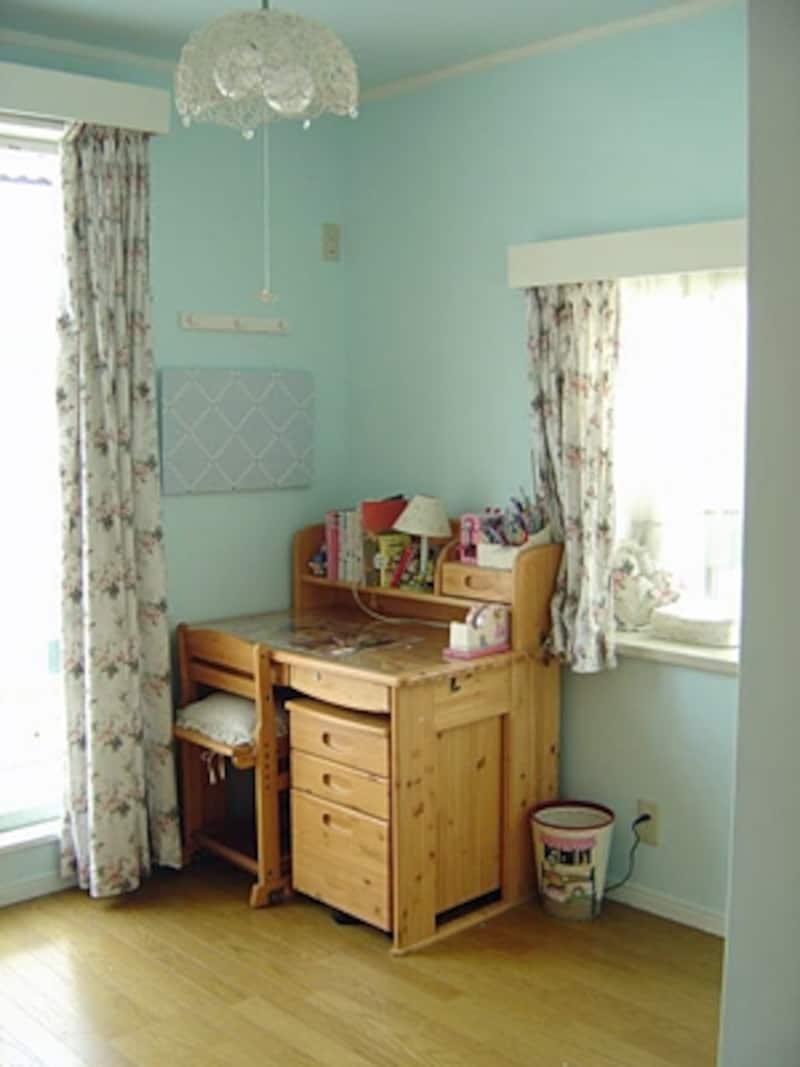 下の子が大きくなったらここにもう1つ机が並べられる。姉妹仲良く勉強してほしいという願いをこめて。