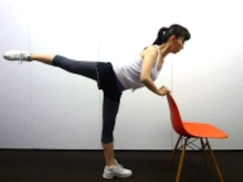 上体を椅子にあずけて脚をピンと伸ばす!
