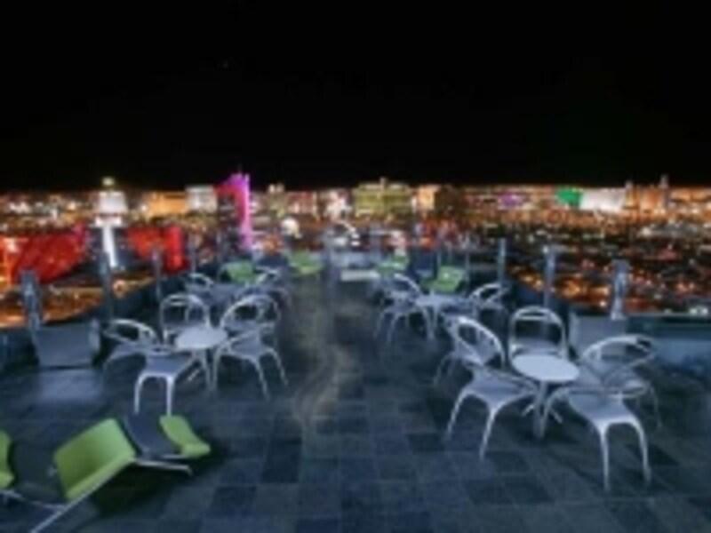 ラスベガスの夜景を横から見れるスカイラウンジ(C)GhostBa