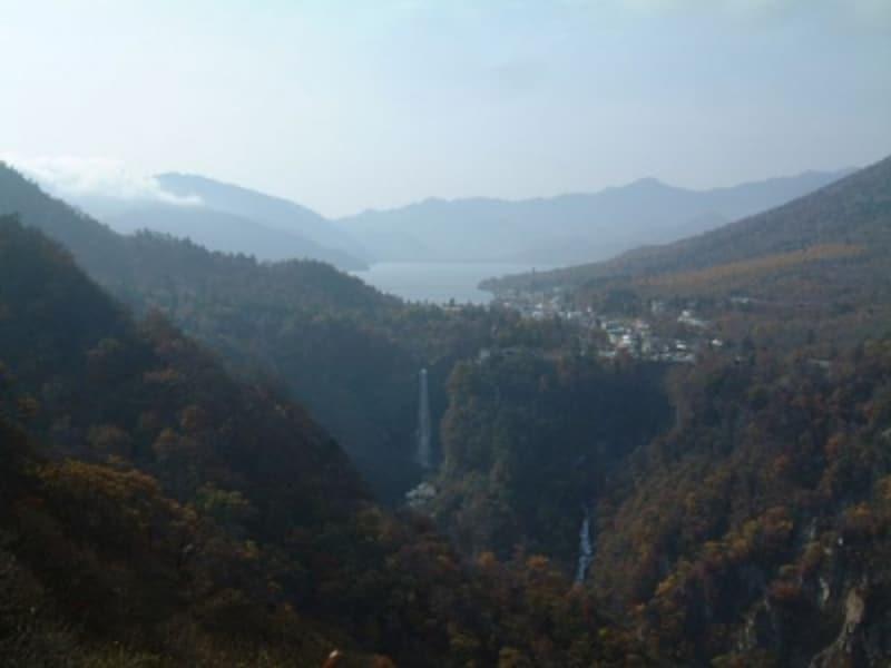 明智平展望台から眺める中禅寺湖と華厳の滝