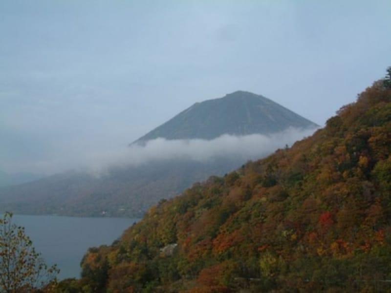 中禅寺湖と男体山の紅葉
