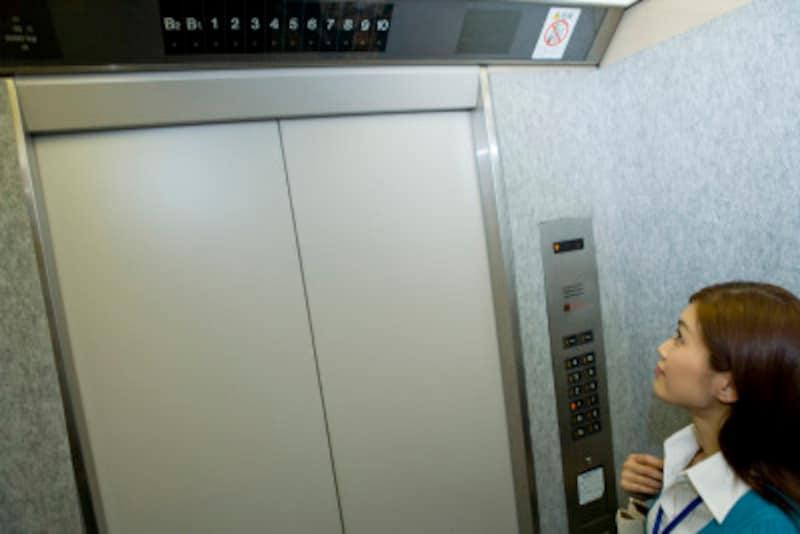 「何階ですか?」と笑顔でやさしく話しかけられたら、エレベーター内の殺伐とした雰囲気が一気に温度上昇します