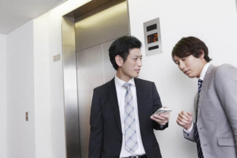 エレベーター内では携帯電話への気配りも必要