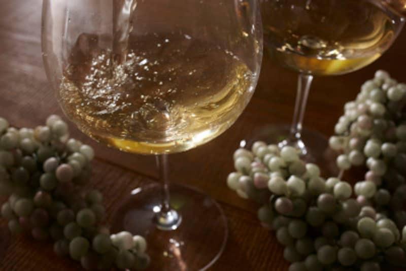 ビールグラスは、傾けて持つ。ワイングラスは、テーブルにおいたまま。細かいけど、知らないと恥をかいたり、相手に失礼になることも