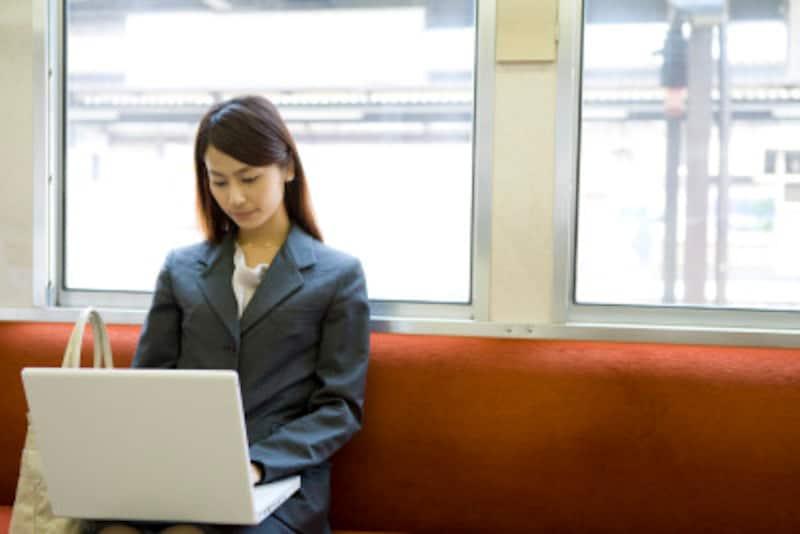 電車の中でノートパソコンを広げている人を、よく見かけますが、周囲の人がのぞいているかもしれない危険性を十分に認識しておきましょう。