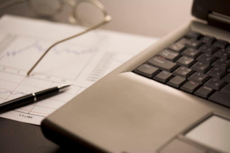 席を離れる時は、机の上に書類を出したままにせず、裏返すか引き出しの中に入れます。