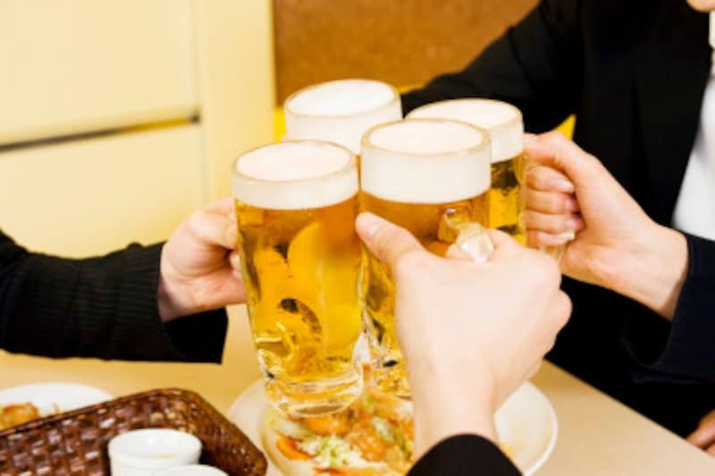 「お酒を飲みすぎているな」と感じる人には、さりげなくお料理を勧めるなどしましょう。また、逆にお酒を無理強いすることは絶対に避けましょう。