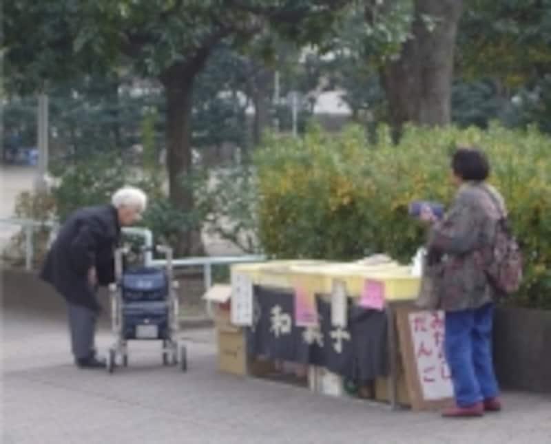 地方都市や過疎山村では、車の運転ができず、近所で生鮮食料品が買えない高齢者が増えています。