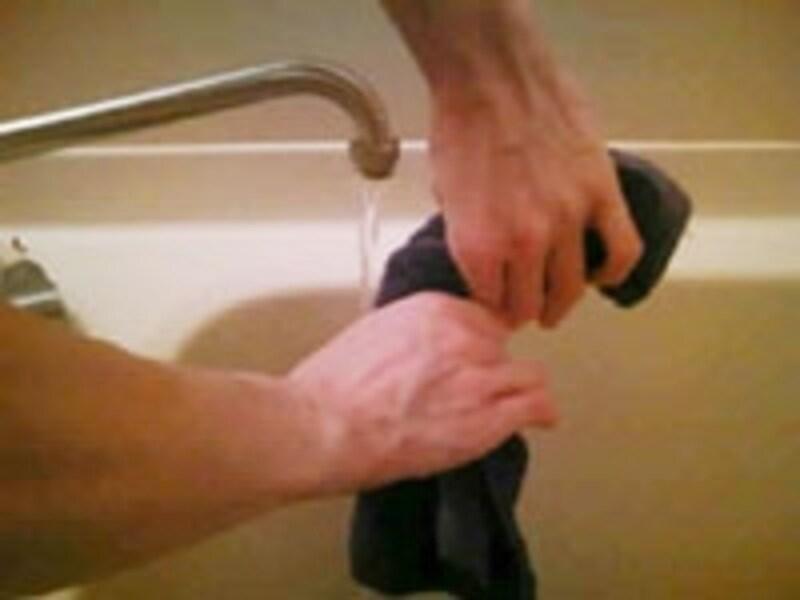お湯でタオルを濡らしてしぼります