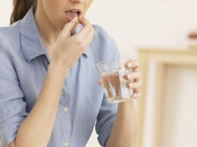 服薬する女性