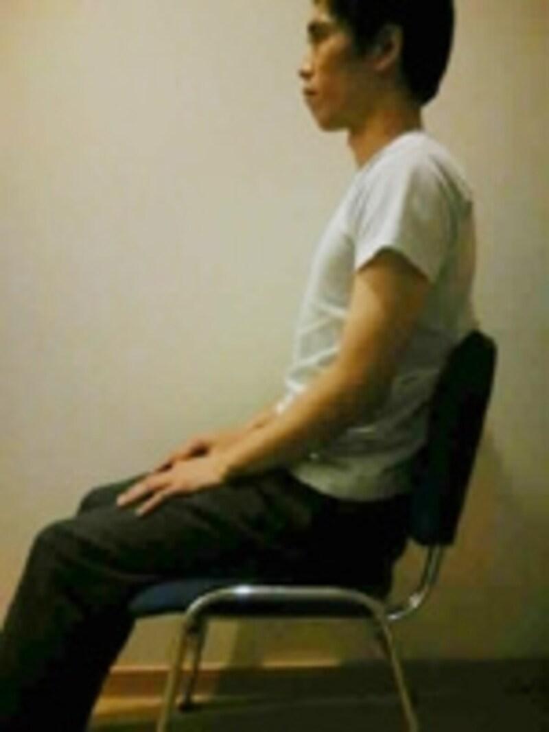 転倒防止のため安定したイスに座ります