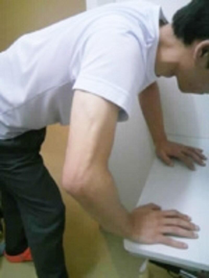 腕の筋肉に重みを感じるまで肘を曲げていきます
