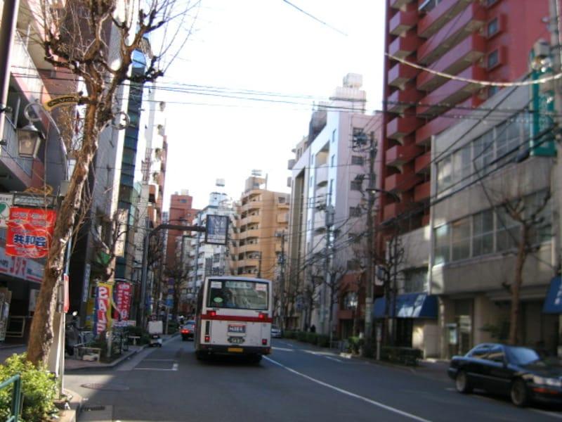 世田谷通りを行くバス