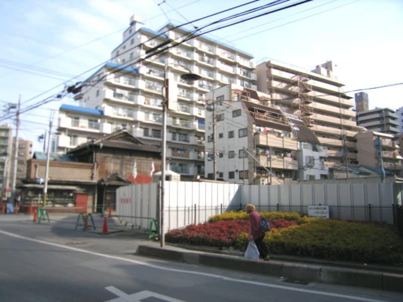 駅近くの建設現場